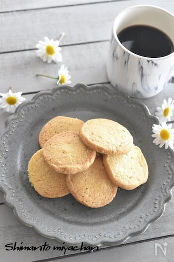 ホットケーキミックスを使って作るからとっても簡単。焼きたては柔らかいですが冷めるとサクサク、その食感に病みつきになります。