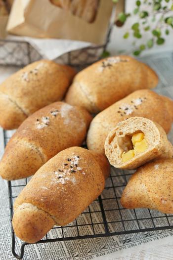 香ばしい小麦胚芽入り強力粉を使った、素朴な味わいのパン。バターとさつまいもの甘露煮が入って、ホッとする味です。