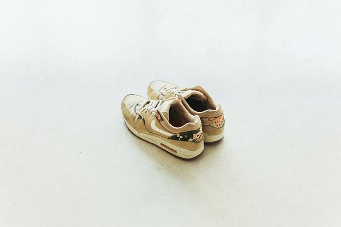 靴の中に入れるのもおすすめです。 直接香水をかけてしまうと、時間がたつとシミになりやすく、洗っても香りが落ちないことが多いので気を付けてくださいね。