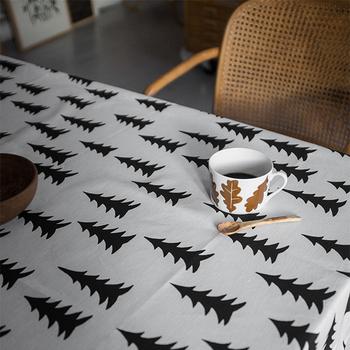 テーブルクロスを敷くだけで、いつものダイニングテーブルが見違える存在に。北欧ブランドは色使いやパターンも素敵なものが多いのでお気に入りをじっくりと選びたいですね。