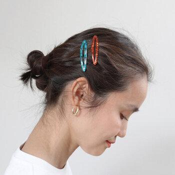 低いラインでまとめ、アップヘアに。そっとヘアアクセを添えると、チャーミングで品のあるヘアスタイルに。お洋服がシンプルな時にもよさそう。