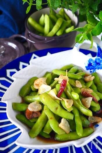 塩茹ででも十分美味しい旬の枝豆。こちらはガーリックと唐辛子と一緒にオリーブオイルで炒めるレシピですが、フレーバーオイルに置き換えれば、あっという間に完成します。