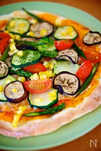 ズッキーニを主役にしたピッツァのレシピ。季節の彩野菜と合わせれば、お店のような仕上がりに◎おもてなしやパーティで喜ばれるおすすめレシピです。