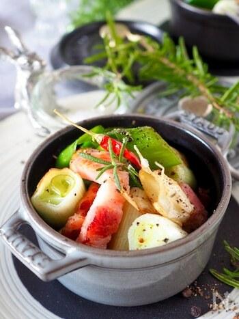 アヒージョはスペイン語で、「小さなニンニク」という意味。ニンニクを入れたオイルで具材を煮込むレシピですが、ニンニクのフレーバーオイルなら手間いらずです。