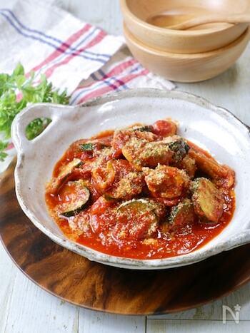 夏野菜のズッキーニを生かしたこちらのレシピは、電子レンジを使って簡単に作れます。レシピにある大さじ1杯のオリーブオイルをお好みのフレーバーオイルに変えて、違った味わいを楽んで。