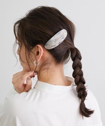 特に結びめがある毛先は毛束が細くほどけやすいので、ゴムはなるべく限界まで結ぶことが大切。毛先を丸めてもう一回結ぶと、ほどけにくくなります。ただし、毛先に折れ目が出来やすいので、コテなどで微調整をしてくださいね。