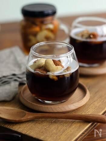 コーヒーのほろ苦さが大人な味わいのコーヒーゼリー。柔らかく口溶けの良い食感で、どんどん食べられちゃいます♪ハニーナッツをトッピングして、甘みと食感をプラスするのがポイントです。
