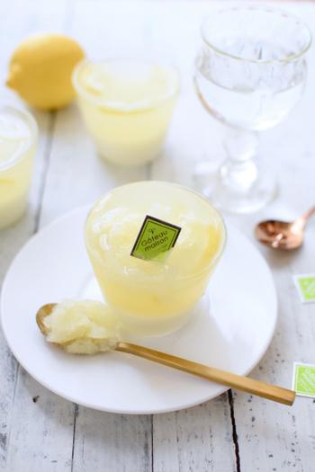 レモンの酸味がきいたゼリーは、夏バテの時でもつるんと食べられそう!カルピスゼリー、レモンゼリー、レモンシャーベットの3層になっています。シャリぷる食感を楽しんで♪