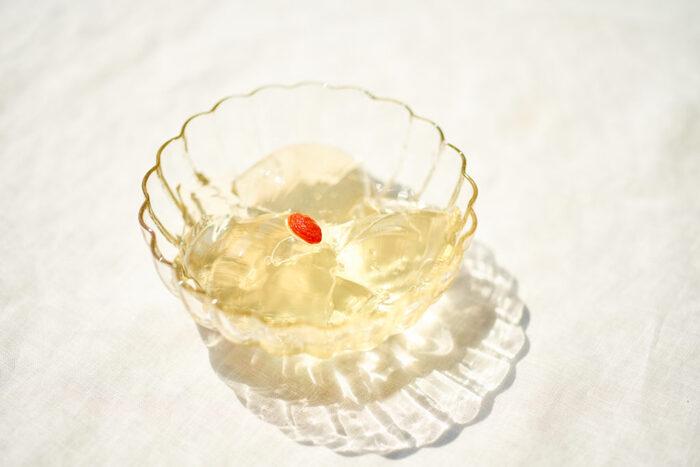 好きなお茶を使って作れる爽やかなゼリーです。凍頂烏龍茶やジャスミンティー、紅茶でも美味しく作れますよ。お茶の香りを楽しめるのが◎甘さ控えめでさっぱりいただけるのも、夏にぴったりですね。