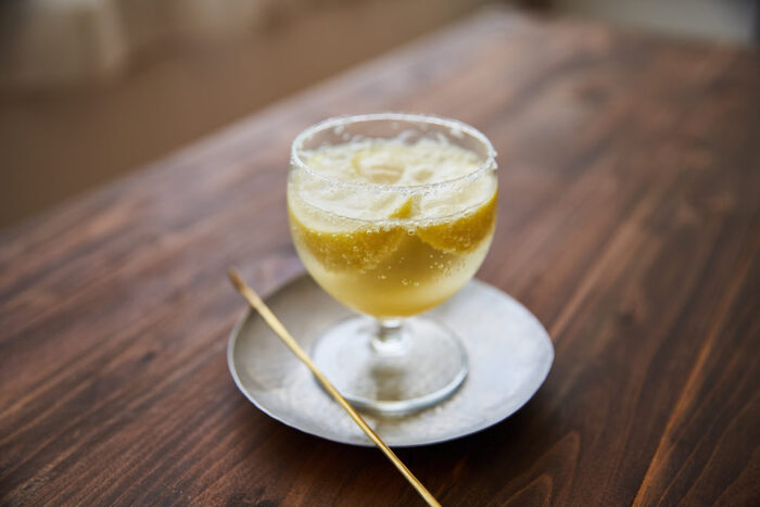 凍らせたレモンに炭酸を注いだ、キリッと冷たいレモンスカッシュ。ソルティドッグのように、グラスのふちに塩を付けていただきます。暑い日に欠かせない塩分補給にもぴったりですね。