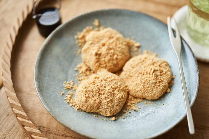 もっちりなわらび餅は、お腹も満足するスイーツです。材料を混ぜたら火にかけ、粘りが出るまで練ります。きな粉をたっぷりまぶし、黒蜜をかけて召し上がれ♪