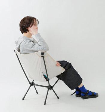 座面はフレームから吊り下げられているので、まるでハンモックのように体を包み込みながら、体の動きに自然になじみます。シートに体を預けてみれば、その座り心地のよさに驚くはず。椅子としての完成度の高さも人気のポイントです。