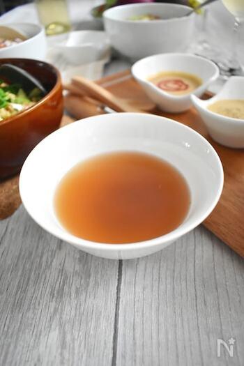 野菜の切れ端を煮込んだシンプルなベジブロスのレシピです。このままスープとしてはもちろん、つゆとしても使えます。冷凍保存ができるので、小分けにして作り置きしても。