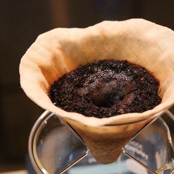 コーヒーフィルターも布製のアイテムがあります。ペーパーフィルターは都度捨てなければなりませんが、こちらは水かぬるま湯で軽く洗えば繰り返し使うことができます。使うたびに麻布がコーヒー色に染まっていくので、愛着もわきますね。