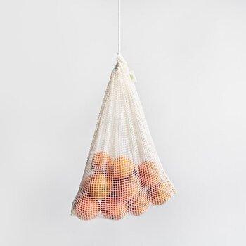 環境先進国であるスウェーデン発のブランド「OMOM」のオーガニックコットンでできたネットバック。野菜や果物を入れて、見た目も可愛らしく保管することができます。スーパーでポリ袋に小分けしてマイバックに入れるのではなく、こちらもセットで持参することでさらにエコなお買い物スタイルに。サイズもS・M・Lと種類があるので、用途別に揃えておきたいアイテムです。