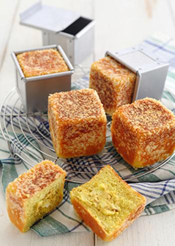 キューブ型がオシャレなツナとチーズのカレー風味パン。フタをして焼き上げるので、仕上がりが真四角になり、テーブルに並べるととってもキュート。見た目だけでなく、ツナとチーズと相性の良いカレー粉が生地と具材に混ぜ込まれており、食欲をそそられます。さらに二次発酵前に、パン粉をまぶして焼き上げるのでサクサクの食感も楽しめます。