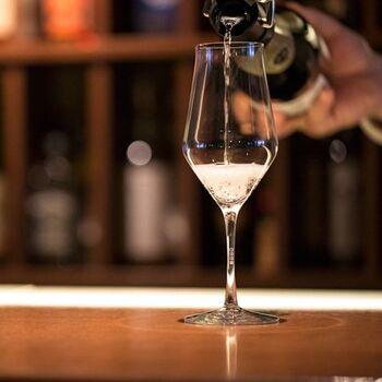 """ワイヤードビーンズのグラス製品は、すべて生涯補償付き。永く大切に使ってほしいという作り手の思いが込められています。こちらは白のシャンパーニュ型。縁に施された品の良い""""かえし""""が、ワインに空気を含ませて香りを豊かにしてくれます。"""