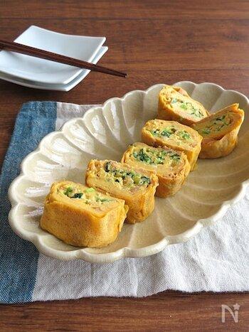 小松菜とツナが入った具沢山の卵焼き。朝ごはんのおかずから、おつまみにも喜ばれます。弱火で焼くことで、きれいに焼き上がり、カットした断面の緑と黄色の彩りも美しいので、お弁当にも最適です。