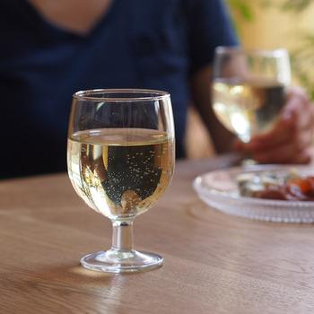 ヴィクリラは、スペインでもっとも歴史あるグラスメーカー。毎日の食卓にも使いやすいガラス製品で、長く愛されてきています。ぽってり厚めのガラスがかわいいワイングラスは、スペインの街のバルや食堂でも定番のタイプ。重ねて収納することもでき、食洗機で洗えます。