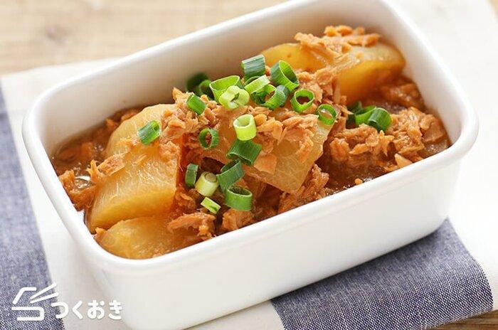 炒めものだけでなく煮物にもツナ缶はよくあいます。厚めにカットした大根に煮汁がよくしみ込み、ご飯もお酒もすすむ煮物。冷蔵で4日保存が可能で、作り置きすると、より味がしみ込んでおいしくなるのも嬉しいポイントです。週末にたっぷり作っておけば、おつまみ、副菜、お弁当のおかずにおいしく活躍してくれます。