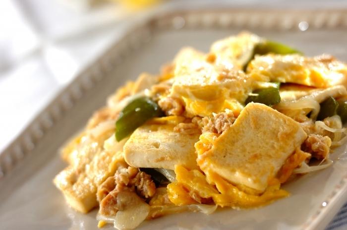 ツナの旨味が染み込んだ、野菜、豆腐、卵が入ったやさしい味わいのヘルシーでボリュームたっぷりの炒めもの。木綿豆腐をしっかり水きりすることで、よりおいしく仕上がります。