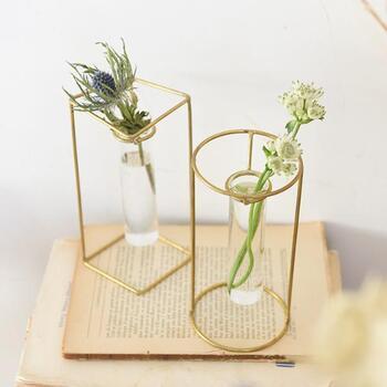 ちょっとしたスペースに飾れるスタンドタイプも。ガラスのベースは取り外せるので、水替えも簡単です。