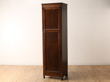 ロイズ・アンティークスが手がけるのは、1930年代に製造されたと推定される、イギリス生まれのアンティーク家具。オーク材の深みある風合いが美しく、コンパクトながら存在感があります。