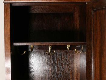 扉の中は、フックと棚が付いています。重厚感を楽しみながら、普段使いのコートやバッグを収納しておくのに役立ちそうですね。
