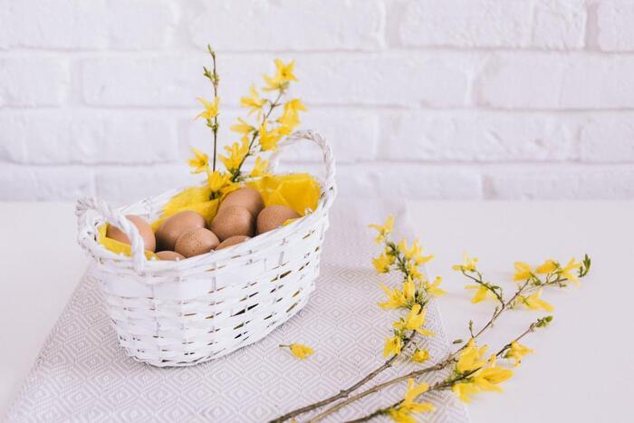 薄皮を取った卵の殻を細かく砕くと、研磨剤代わりに使えます。食器用洗剤と水を一緒に入れて、花瓶の口を手で塞いで振れば、花瓶に傷を付けることなくきれいに洗うことができます。