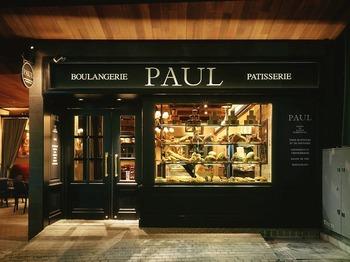 今では、デパ地下などにも多数店舗を構える「PAUL」。今回は、カフェのある神楽坂店をご紹介します。こちらの店舗では、なんと常時100種類のパンやスイーツが揃っていますよ!