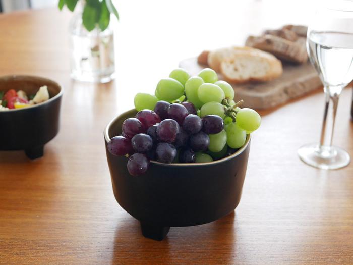 様々な品種が増え、それぞれ特色があって美味しい『ぶどう』。房のまま、さらに高さのある器に置くと、華やかさがアップします。皮も食べられるぶどうや、種なしぶどうも増えているので、簡単にパクっと食べられるのが嬉しい。