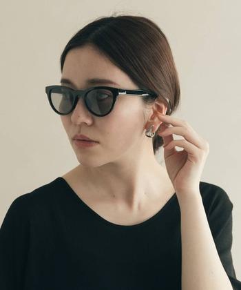 メガネのレンズカラーもトップスもブラック!そして、すっきりとしたまとめ髪で、大人の美しいモノトーンスタイルに。トレンドを問わない、飽きのこない格好よさです。