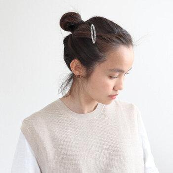 一番簡単なお団子ヘアは、ひとつ結びした後に、輪っかを作ってまとめる方法です。髪の短い方でも簡単に作れます。毛先はまとめずそのままにしておくとカジュアルに、ピンで留めるとスッキリします。