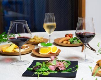 同じシリーズには、ボルドー型とブルゴーニュ型のワイングラスも。3種類に共通する細身のステムは持ちやすく、それでいて割れにくい絶妙な厚み。繊細なのに背が高すぎないから、日本の食卓にもなじみます。  おすすめのワイン:白・軽めの赤ワイン 食洗機:× 高さ:205㎜