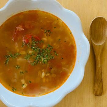 花嫁のスープは、ミントやレモンがきいた爽やかなトマト味。スパイシーですが辛くはなく、体に優しい味わいです。朝食や夜遅い食事などにもいいかもしれませんね。