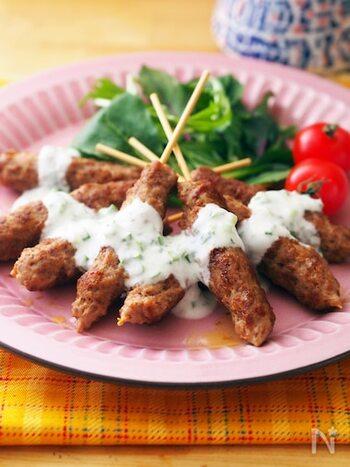 豚ひき肉で作るカレー風味のつくねをケバブ風に。つなぎもなし。フライパンで手軽に蒸し焼きにできます。シンプルなヨーグルトソースがコクのある肉にマッチします。