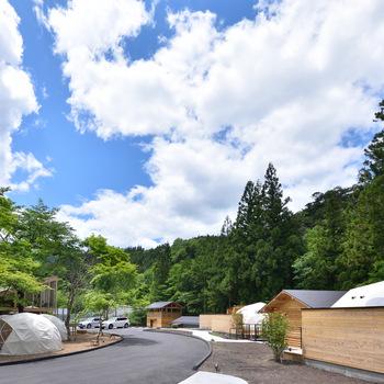 「おんせんキャンプShimaBlue」は、群馬県の名湯・四万温泉の温かな湯とグランピングが融合した日本唯一の宿泊施設。自然豊かな景色と四万川のせせらぎに癒されながら、快適なグランピング体験を楽しめます。  お食事は厳選された食材を堪能できるバーベキューをはじめ、地ビールやワインなど、こだわりのメニューをいただけます。