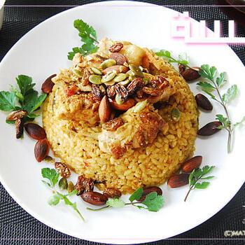 スパイスがおいしさの決め手になるので、カルダモンはホールを粉砕するのがおすすめ。こちらのレシピのように炊飯器で炊くと失敗が少ないようです。鶏肉は米といっしょには炊かず、取り出してオーブンで焼き色をつけています。