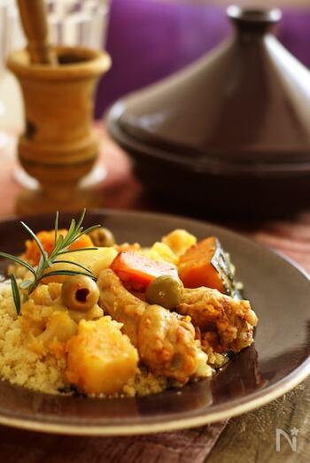 鶏肉は、おいしいだしの出る骨付きの手羽元で。少量のブイヨンを加えて、じっくり弱火で蒸し煮します。クスクスやハリッサなどを添えるとより本格的ですね。