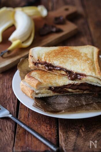キャンプ飯の定番でもあるホットサンドも、フルーツや甘いものを挟んでスイーツにしちゃいましょう。フライパンホットサンドのレシピですが、キャンプで作るならホットサンドクッカーで♪チョコとバナナの組み合わせは間違いない。ほどよく溶けたチョコレートと、熱することで甘みの増したバナナは絶品です*