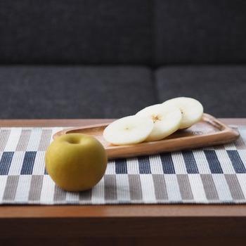 8月~10月上旬が旬の梨。くし形切りが一般的ですが、無駄なく食べられる切り方が「輪切り」です。梨を横にして輪切りにし、皮をむくだけととっても簡単。真ん中にある種のぎりぎりまで余すことなく食べられます。