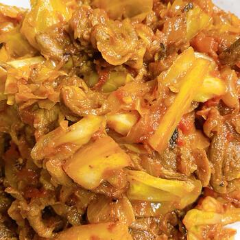 現地でよく食べられているラム肉のタジン。肉のおいしさが甘いキャベツにからんで、ラムが苦手な人にもおすすめの味。もちろん、牛や豚でもOKです。