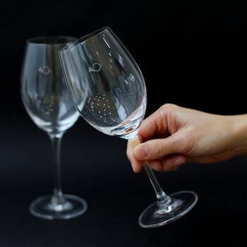 月光荘のワイングラスは、丈夫で割れにくいのが特徴です。ファインクリスタル製だから、少々ぶつけても大丈夫。アルカリ性の食器用洗剤でゴシゴシ洗えるから、普段使いもしやすいですね。  おすすめのワイン:白・軽めの赤ワイン 食洗機:× 高さ:200㎜