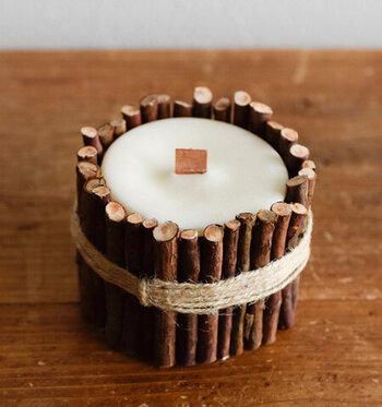 青森ひばの小枝を側面にあしらったみつろうのキャンドル。木製の芯は火を灯すとパチパチとなりながら灯ります。日中はインテリアとして、夜は灯りとして。ひばの精油がふわりと香り、リラックスしたい日にぴったりです。