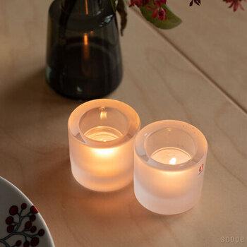 ティーライトタイプのキャンドルを入れて使う「iittala(イッタラ)」ホルダーです。曇りガラスのためぼんやりと灯りが広がります。小ぶりなのでいくつか並べてテーブルに置けば、食事の雰囲気作りにも。