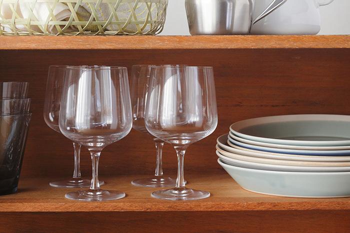 背の高さは12.5cmと小ぶりで、ミネラルウォーターやソフトドリンクにも使いやすいデザイン。それでいて、細く華奢なリムがちょっとした特別感を感じさせてくれます。リム部分が広めだから、スイーツを盛りつけても◎。  おすすめのワイン:白・軽めの赤ワイン 食洗機:× 高さ:125㎜