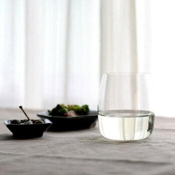 デリケートなグラスではありますが、脚がないので収納に便利。底の薄さは、氷の刺激でも割れてしまうから、液体のみ注いでやさしく扱いましょう。  おすすめのワイン:白・軽めの赤ワイン 食洗機:× 高さ:96㎜