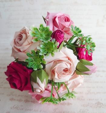 ペーパーフラワーをプレゼントしたいけど、手作りする時間がないときや急ぎのときには、通販で作品を購入する方法も。素敵な作品がいろいろありますので、探すのもまた楽しいですよ。こちらは豪華なバラの花束♪