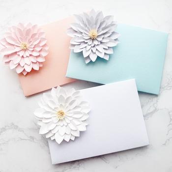 一つ一つすべて手作り!ペーパーフラワーで彩られたポチ袋です。メッセージカードをセットにして贈れるアイテムです。ぱっと立体的に広がるデザインはサプライズ演出にもぴったりですね。お年玉、お礼、お車代、お祝い金など、感謝の気持ちを花に添えて贈りましょう。