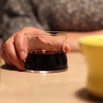 デンマークのデザイナー トーラ・ウルップと木村硝子店とのコラボレーションで、ユニークなワイングラスを作ってくれました。一見ワイングラスとは思わないようなデザインですが、実用性はかなり高め。ステムがないので普段使いしやすい上に、くびれの部分に指がほど良くフィットします。